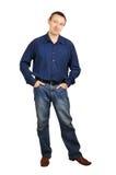 Hombre en una camisa azul marino y pantalones vaqueros azul marino Foto de archivo libre de regalías