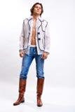 Hombre en una camisa blanca, pantalones vaqueros foto de archivo libre de regalías