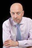 Hombre en una camisa rayada y un lazo Imágenes de archivo libres de regalías