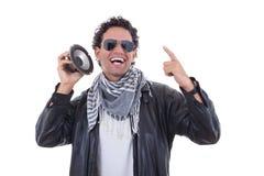 Hombre en una chaqueta de cuero con el altavoz Fotografía de archivo
