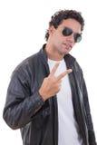 Hombre en una chaqueta de cuero con las gafas de sol que muestran paz Fotografía de archivo libre de regalías