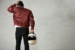 Hombre en una chaqueta del piloto de Burdeos con el casco Imágenes de archivo libres de regalías