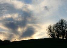 Hombre en una colina Imágenes de archivo libres de regalías