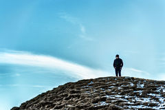 Hombre en una colina que mira lejos de pensamiento Imagen de archivo libre de regalías