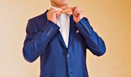 Hombre en una corbata de lazo Fotos de archivo