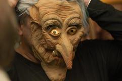 Hombre en una máscara terrible. Imagen de archivo