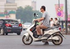 Hombre en una nueva bici eléctrica, Pekín, China Imagen de archivo libre de regalías