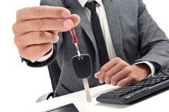 Hombre en una oficina que da una llave del coche Imagen de archivo libre de regalías