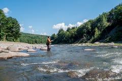 Hombre en una pesca del río Imágenes de archivo libres de regalías