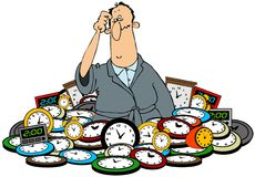 Hombre en una pila de relojes Imágenes de archivo libres de regalías