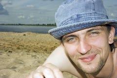 Hombre en una playa Fotos de archivo libres de regalías