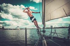 Hombre en una regata Imagen de archivo libre de regalías