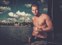Hombre en una regata Imagenes de archivo