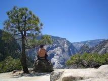 Hombre en una roca en Yosemite Fotos de archivo libres de regalías