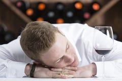Hombre en una sesión de degustación de vinos Imagen de archivo libre de regalías