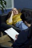 Hombre en una sesión de terapia que habla de sus problemas Fotos de archivo libres de regalías
