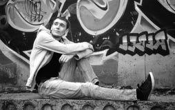 Hombre en una sudadera con capucha blanco y negro Imagen de archivo