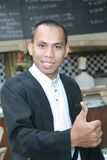Hombre en uniforme del camarero en el trabajo Imagenes de archivo