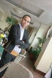 Hombre en uniforme del camarero en el trabajo Fotos de archivo libres de regalías