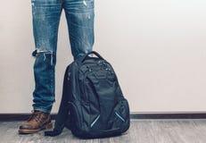 Hombre en vaqueros con la mochila Imágenes de archivo libres de regalías
