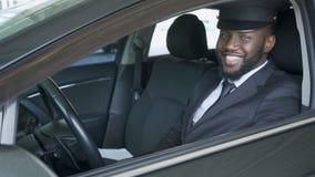 Hombre en ventana del balanceo del coche abajo y transferencia y servicio de lanzadera sonrientes, de lujo metrajes