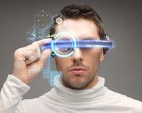 Hombre en vidrios futuristas Imagenes de archivo