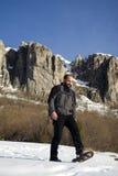 Hombre en zapatos de la nieve Fotografía de archivo