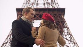 Hombre enamorado que da vuelta el suyo querido en danza y que la besa apasionado en los labios almacen de video