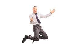 Hombre encantado que salta y que gesticula éxito Foto de archivo