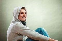 Hombre encapuchado con los auriculares en cuello Fotografía de archivo libre de regalías