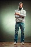Hombre encapuchado con los auriculares grandes en cuello Fotografía de archivo libre de regalías