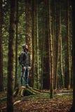 Hombre encapuchado que presenta en el bosque Imagen de archivo libre de regalías