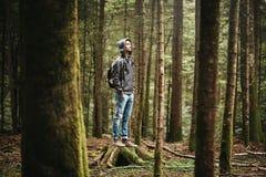 Hombre encapuchado que presenta en el bosque Foto de archivo