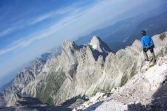 Hombre encima de la montaña Imagenes de archivo