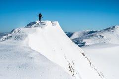 Hombre encima de la montaña Fotografía de archivo libre de regalías