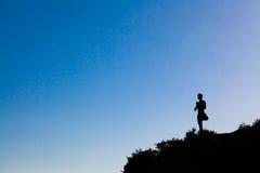 Hombre encima de la yoga practing de la montaña Imagen de archivo