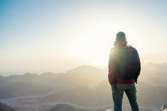 Hombre encima de una montaña imagen de archivo libre de regalías
