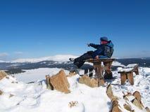 Hombre encima de una montaña imagen de archivo