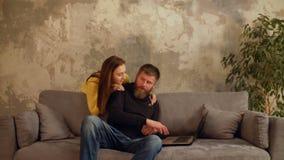Hombre enfadado del trabajoadicto con el ordenador portátil que ignora a la esposa almacen de video