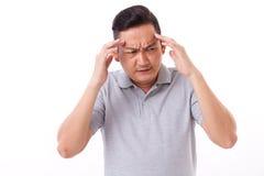 Hombre enfermo, agotador que sufre de dolor de cabeza Imagenes de archivo