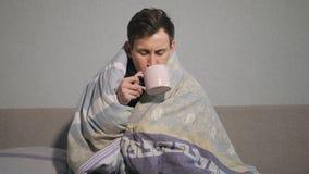 Hombre enfermo con la bebida caliente almacen de metraje de vídeo
