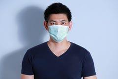 Hombre enfermo con la máscara protectora Fotografía de archivo libre de regalías