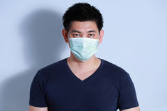 Hombre enfermo con la máscara protectora Imagen de archivo libre de regalías