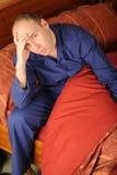 Hombre enfermo en cama Fotos de archivo