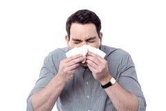Hombre enfermo que estornuda Fotos de archivo libres de regalías