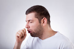 Hombre enfermo que tiene una tos Fotos de archivo