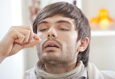 Hombre enfermo que toma píldoras Imágenes de archivo libres de regalías