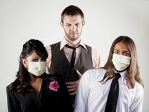 Hombre enfermo y compañeros de trabajo preocupantes en máscaras Imágenes de archivo libres de regalías