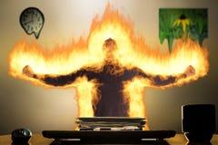 Hombre enfurecido en el escritorio fotografía de archivo libre de regalías