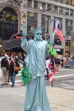 Hombre enmascarado como estatua de la libertad Fotografía de archivo